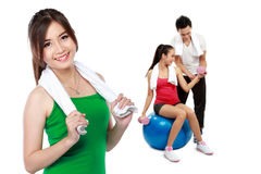 Amis masculins et féminins faisant l'exercice Photo stock