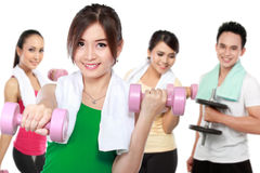 Amis masculins et féminins faisant l'exercice ensemble Photos libres de droits