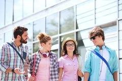 Amis masculins et féminins parlant à l'extérieur du bâtiment Images stock