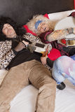 Amis masculins fatigués dormant sur le lit Photos libres de droits