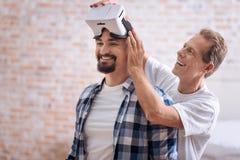 Amis masculins gais examinant les verres de réalité virtuelle Photos libres de droits