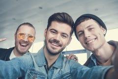 Amis masculins gais prenant le selfie Photographie stock