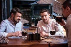 Amis masculins gais s'asseyant à la table Image libre de droits