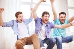 Amis masculins heureux à la maison Image stock