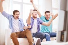 Amis masculins heureux à la maison Image libre de droits