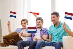 Amis masculins heureux avec des drapeaux et le vuvuzela Photos libres de droits