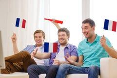 Amis masculins heureux avec des drapeaux et le vuvuzela Photo libre de droits