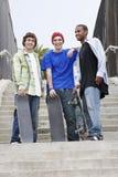 Amis masculins heureux avec des planches à roulettes Photographie stock