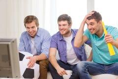 Amis masculins heureux avec le football et le vuvuzela Images libres de droits