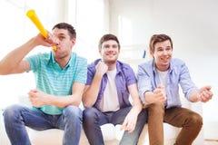 Amis masculins heureux avec le vuvuzela Images stock