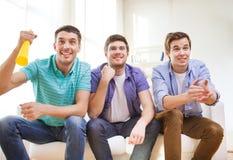 Amis masculins heureux avec le vuvuzela Photos libres de droits