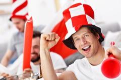 Amis masculins heureux encourageant et observant des sports à la TV Photos libres de droits