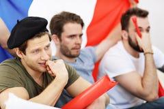 Amis masculins heureux encourageant et observant des sports à la TV Photo libre de droits