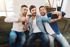 Amis masculins heureux prenant un selfie Images libres de droits