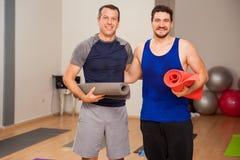 Amis masculins prêts pour la classe de yoga Photos stock