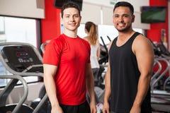 Amis masculins sportifs établissant dans un gymnase Photo libre de droits
