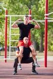 Amis masculins sportifs établissant sur un fond brouillé de parc Concept de vêtements de sport Photo libre de droits