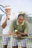 Amis masculins supérieurs jouant le tennis Photo libre de droits