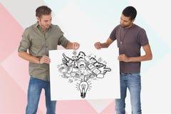 Amis masculins tenant le panneau d'affichage avec de diverses icônes sur le fond coloré Images stock