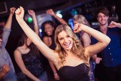 Amis mignons ayant l'amusement et la danse Photos libres de droits