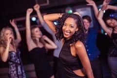 Amis mignons ayant l'amusement et la danse Photo stock