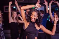 Amis mignons ayant l'amusement et la danse Image libre de droits