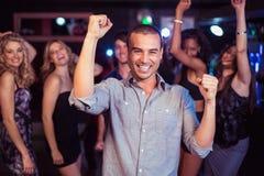 Amis mignons ayant l'amusement et la danse Images libres de droits