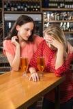 Amis mignons ayant un verre de bière Image stock