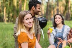 Amis mignons détendant dans la forêt Photo stock