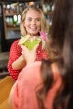 Amis mignons grillant avec un verre de cocktail Photos stock