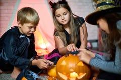 Amis mignons jouant avec des jouets de Halloween Images libres de droits