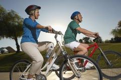 Amis montant des bicyclettes Image libre de droits