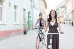 Amis montant leurs vélos Photos libres de droits