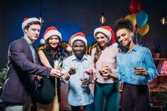 Amis multi-ethniques à la partie de nouvelle année Photographie stock libre de droits