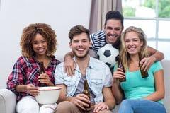 Amis multi-ethniques appréciant la bière tout en regardant le match de football Photographie stock libre de droits