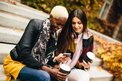 Amis multi-ethniques assez jeunes le jour d'automne Photographie stock libre de droits