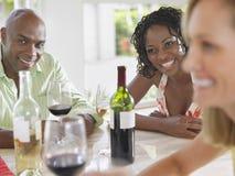 Amis multi-ethniques avec des verres à vin au Tableau Photos libres de droits