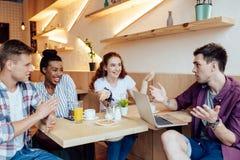 Amis multi-ethniques en café Image libre de droits