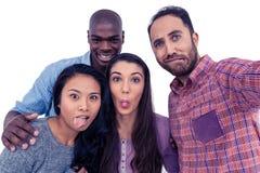 Amis multi-ethniques heureux faisant un visage Photographie stock libre de droits