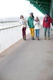 Amis multi-ethniques marchant sur le sentier piéton pendant l'hiver Photo libre de droits