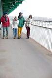 Amis multi-ethniques marchant sur le sentier piéton pendant l'hiver Photos libres de droits