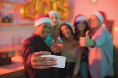 Amis multi-ethniques prenant le selfie Photos libres de droits
