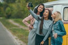 Amis multi-ethniques prenant le selfie Photo libre de droits