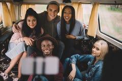 Amis multi-ethniques prenant le selfie Images libres de droits