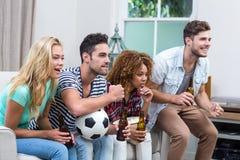 Amis multi-ethniques regardant le match de football Photographie stock