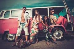 Amis multi-ethniques sur un voyage par la route Photographie stock libre de droits