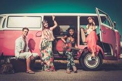 Amis multi-ethniques sur un voyage par la route Image libre de droits