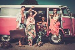 Amis multi-ethniques sur un voyage par la route Photo stock