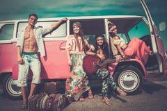 Amis multi-ethniques sur un voyage par la route Photo libre de droits