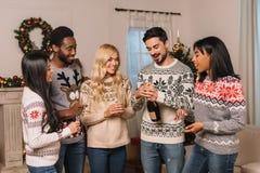 Amis multiculturels avec le champagne célébrant Noël Photographie stock libre de droits